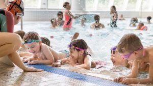 Mäkelänrinteen uimakoulu alle 6-vuotiaille.