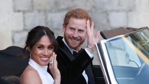 Prinssi Harry ja herttuatar Meghan lähtevät Windsorin linnasta E-tyypin Jaguarilla.