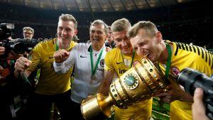 Lukas Hradecky juhlii Saksan cupin voittoa pysti käsissään.
