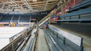 Osassa Raksilan vanhaa jäähallia katsotaan liigakiekkoa vielä puupenkeiltä.