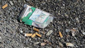 Tupakkaroskia maassa.
