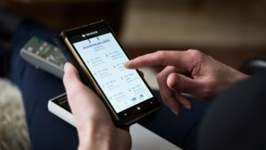 kuvassa naisen kädet hipaisemassa älypuhelimen näyttöä