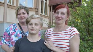 Saija Miettinen, Otto Vettenranta ja Helena Mehtälä iloitsevat Nuoramoisten koulun jatkoajasta