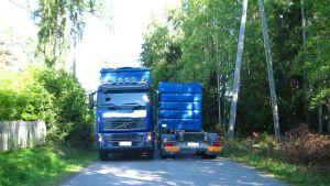 Kaksi rekkaa vierekkäin kapealla tiellä Kylmäkorventiellä Lempäälässä.