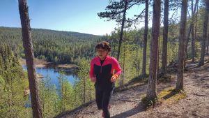 Airi Kallunki juoksee Karhunkierroksella Oulangan kansallispuistossa.