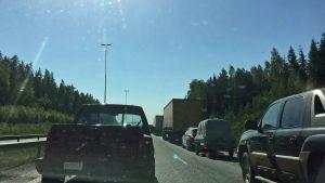 Liikenneruuhka eli pysähtyneitä autoja kehätiellä