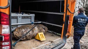 Pakettiautossa yhdysvaltalainen 250 kilon lentopommi, joka löytyi Dresdenissä viime huhtikuussa.