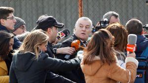 Luis Bárcena toimittajien ympäröimänä.