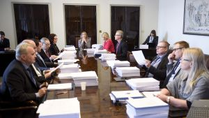 Perustuslakivaliokunta, pöydän päässä puheenjohtaja Annika Lapintie (vas.), valiokunnan kokouksen alussa eduskunnassa Helsingissä tiistaina 3. huhtikuuta