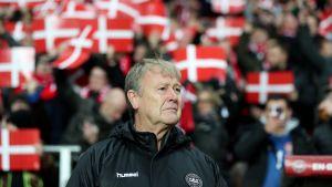 Tanskan jalkapallomaajoukkueen päävalmentaja Åge Hareide kentän laidalla.