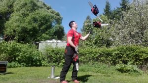 Janne Mustonen jongleeraa moottorisahoilla