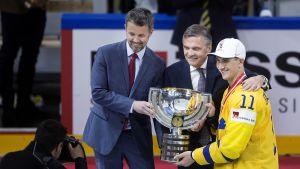 Urheilullisella Tanskan kruununprinssillä on runsaasti edustustehtäviä. Hän jakoi muun muassa jääkiekon MM-kisoissa mitalit Ruotsin ja Sveistsin joukkueille Royal Arenalla Kööpenhaminassa.
