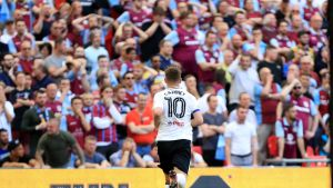 Tom Cairney tekee maalin Fulhamille.