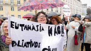 Eutanasian vastustajien mielenosoitus Portugalissa