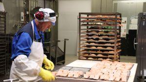 Hätälän kalanjalostustehtaalla käsitellään norjalaista lohta.