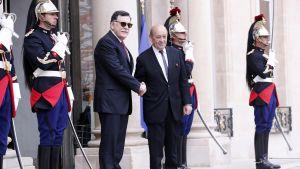 Libyan pääministeri Fayez al-Seraj (keskellä vasemmalla) ja Ranskan ulkoministeri Jean-Yves Le Drian kättelevät.