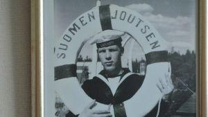 Tomi Tiihonen Suomen Joutsenen pelastusrenkaan kanssa