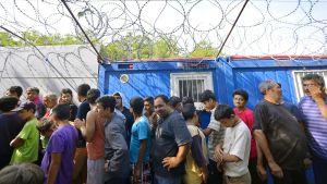 Pakolaiset jonottivat Unkarin ja Serbian rajalla pääsyä Unkarin puolelle heinäkuussa 2016.