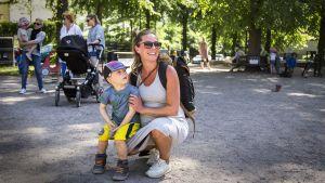 äiti ja lapsi puistossa