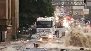 katu tulvii autot ja ajavat vedessä