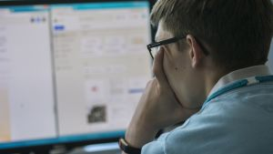 Mies katsoo tietokonetta
