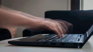 kädet hakkaavat tietokonetta