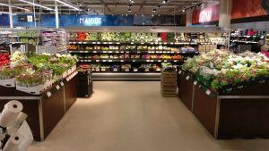 Kauppojen salaattihyllyillä riittää valinnanvaraa kuluttajille.