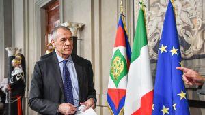Entinen Kansainvälisen valuuttarahaston IMF:n ekonomisti Carlo Cottarelli menossa mediatilaisuuteen.