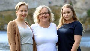 Ijäksen perheen lähihoitajakolmikko Janita, Ritva ja Linda.