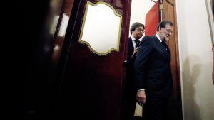 Mariano Rajoy poistumassa Espanjan parlamentista.