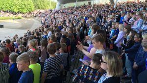 Katsomo täynnä koululaisia Joensuun Laululavalla Suomen suven avauksessa kesäkuussa 2018.