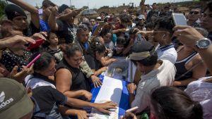 Kuvassa siunataan haudan lepoon 15-vuotias nicaragualainen. Omaiset ja ystävät surevat ympärillä.
