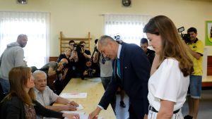 Slovenian pääministeriehdokas Janez Jansa kävi äänestämässä sunnuntana vaimonsa Urska Bacovnikin kanssa.
