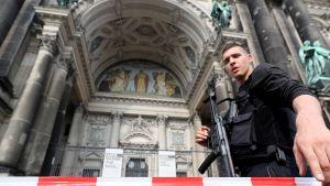 Poliisit eristivät Berliinin tuomiokirkon alueen.
