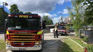 Pelastuslaitos sammuttamassa siltapaloa.