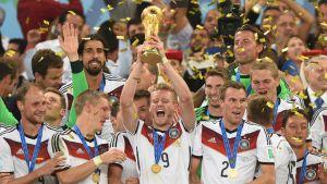 Saksa juhlii MM-pokaalin kanssa 2014.