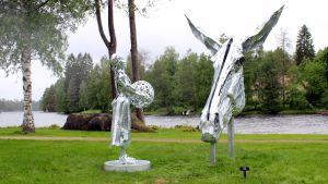 Kuvanveistäjä Tiina Torkkelin lottaveistoksessa on pieni lottatyttö ja suuri hevosen pää.