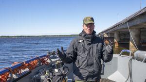 kapteeniluutnantti Tuomas Runola veneessä