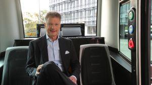 Continentalin toimitusjohtaja Elmar Degenhart istuu robottitaksissa.