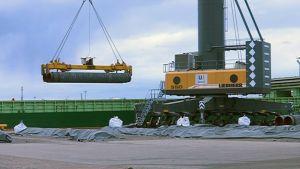 Itämeren kaasuputken osia nostetaan laivaan Kotkan satamassa