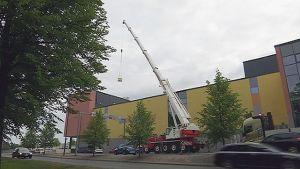 Nosturilla nostetaan taakkaa kauppakeskuksen katolle