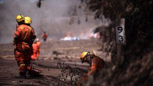 Pelastushenkilöstö auttamassa Guatemalan tulivuorenpurkauksen jälkitöissä.