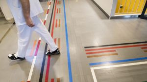 Jalat sairaalan latian ohjeviidakossa.