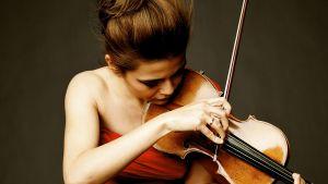 Riihimäen Kesäkonserteissa esiintyvä viulisti lähikuvassa