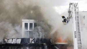 Pelastuslaitos sammuttaa tulipaloa Jyväskylän Palokassa sijaitsevassa K-Marketissa.