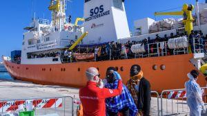 Eurooppaan pyrkiviä pelastava avustuslaiva