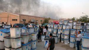 Kannellisia äänestyslaatikoita varastoalueen pihalla Bagdadissa.