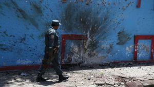 Afganistanilaispoliisi tutkii räjähdyspaikkaa Kabulissa.
