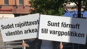 Susimielenosoituksen kylttejä Vaasassa 11. kesäkuuta 2018