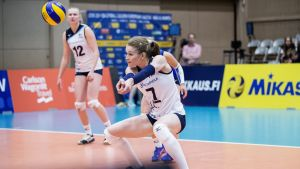 Suomen Piia Korhonen (vas.) ja Pauliina Vilponen nostavat palloa kentästä lentopallon naisten Euroopan liigan ottelussa Suomi - Ranska Jyväskylässä 23. toukokuuta 2018.